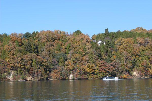 紅葉と遊覧船