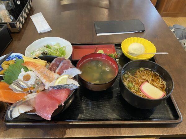 海鮮丼の中盛と麺セット